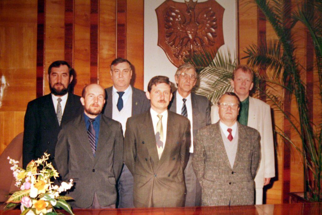 Zarząd Gminy iMiasta Pelplin 1990-1994 od lewej ztyłu: Milan Owsiak, Seweryn Brzeziński, Jerzy Sykutera, Wojciech Wanke od lewej zprzodu: Janusz Trepkowski, Marek Modrzejewski, Henryk Klimek